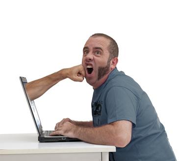 Coup de poing devant l'écran d'ordinateur