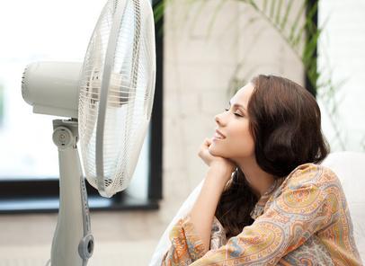 belle jeune femme face à un ventilateur